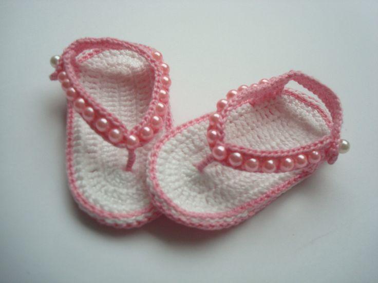 Sandalinha feita a mao de croche.  material;linha 100% algodao.  Cor.rosa e branco.  Tamanho 8 cm de comprimento, para bebê de 0 a 2 meses, para outros tamanhos e cores entre em contato[confeccionada até 9cm de comprimento]