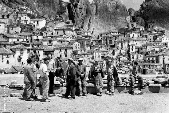 Travailleurs en attente d'embauche. Castelmezzano (PZ) 1957 par Ando Gilardi