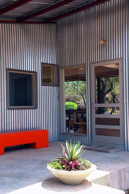 Think you can't use a screen door in a modern setting? You absolutely can; it's all in the design. This one remains true to the graphic lines and industrial overtones of its setting.