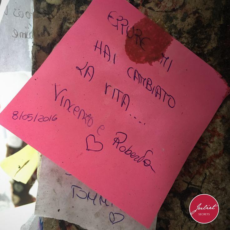 """""""Eppure mi hai cambiato la vita"""". Così scrivevano Vincenzo e Roberta sul muro di Giulietta. Vincenzo e Roberta venite a raccontarci la vostra storia d'amore. #julietsecrets #julietwall #casadigiulietta #juliethouse @julietsecrets"""