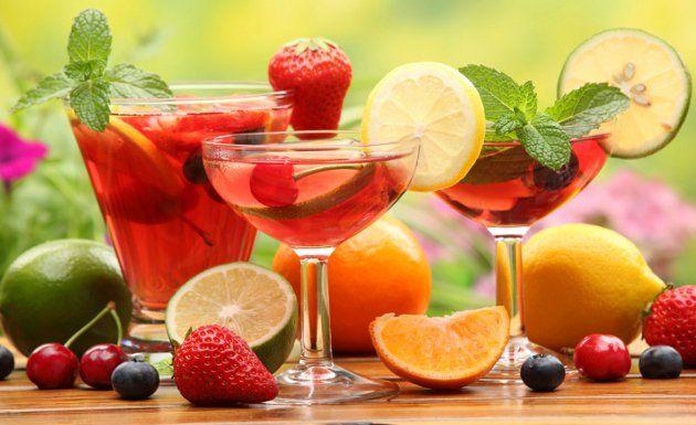 La sangría es la bebida ideal para disfrutar con tus amigos en verano, es muy fácil de preparar, fresca y deliciosa. Con una base de vino y frutas, en tan solo algunos minutos y con un poco de imaginación, puedes deslumbrar a tus invitados con cualquiera de estas 3 recetas para preparar sangría.La sangría es
