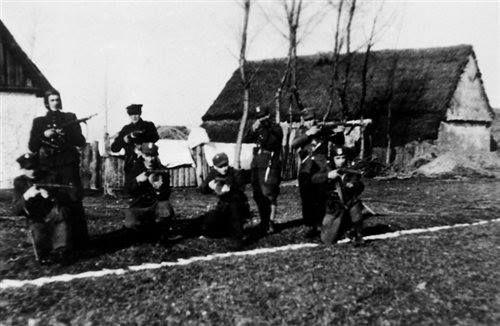 """Rok 1946. Żołnierze PAS NZW z oddziału por. Antoniego Fryszkowskiego """"Rysia"""", stoi pierwszy z lewej."""