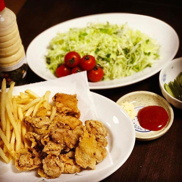 今日の晩御飯は #スパイシー塩唐揚げ #フライドポテト #キャベツの千切り #ジョセフィーヌドレッシング  #胡瓜の漬物 #男子ごはん  です