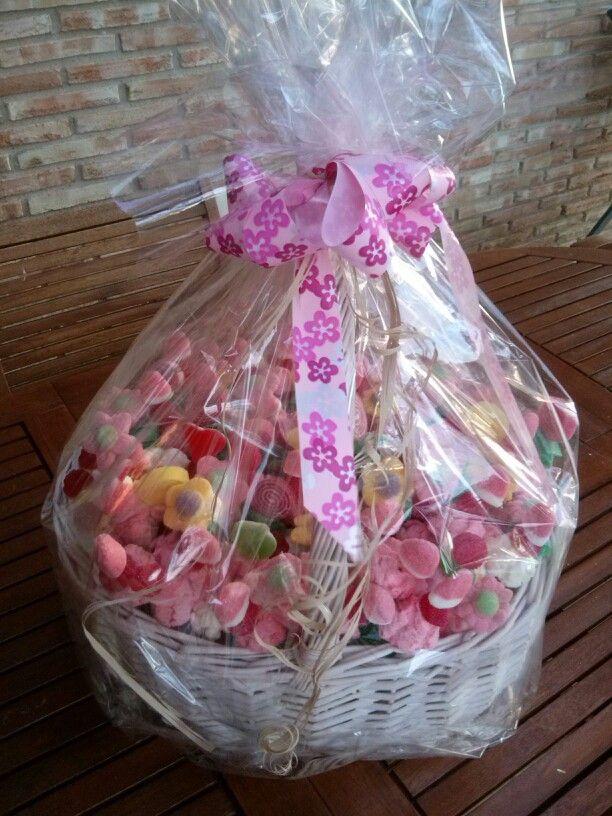 Cesto mimbre blanco con gominolas es rosa con algun toque de amarillo y verde le da dulzura al cesto ideal para regalar o poner en una mesa con mas dulces