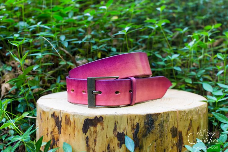 Una cintura in vero cuoio italiano che si distingue per la sfumatura unica nel suo genere, realizzata interamente a mano.  // A genuine italian leather belt, with a unique shade. Handmade in Italy by CuoioVivo. #belt #belts #blue #colors #madeinitaly #handmade #craft #red #craftmanship #artigianato #artigiano #cuoio #cintura #cinture #pelle #CuoioVivo #color #colors #dye #dying