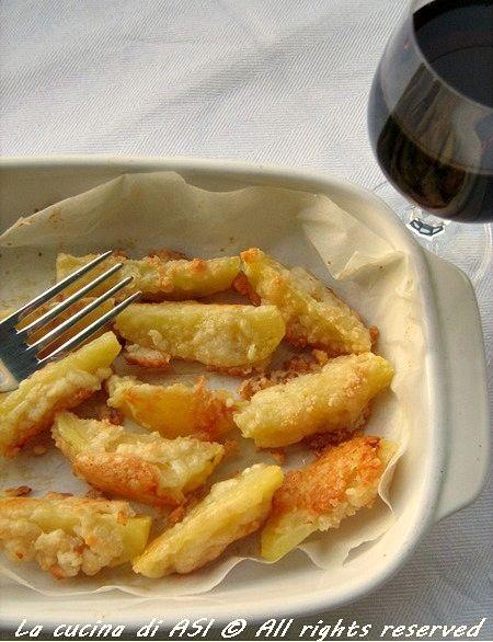Un contorno strabuono e semplicissimo:patate al forno con parmigiano e fatte dorare in forno..mmmhhh !ricetta patate al forno con parmigiano