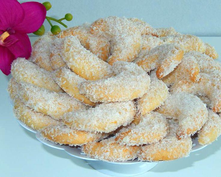 Recept voor halve maantjes koekjes. Voor dit recept wordt er een Marokkaanse theeglas gebruikt. Mix de suiker en vanillesuiker met de eieren tot een schuimig massa. Voeg vervolgens de olie en bakpoeder toe. Voeg dan de bloem beetje bij beetje bij toe (niet in één keer erbij gooien)
