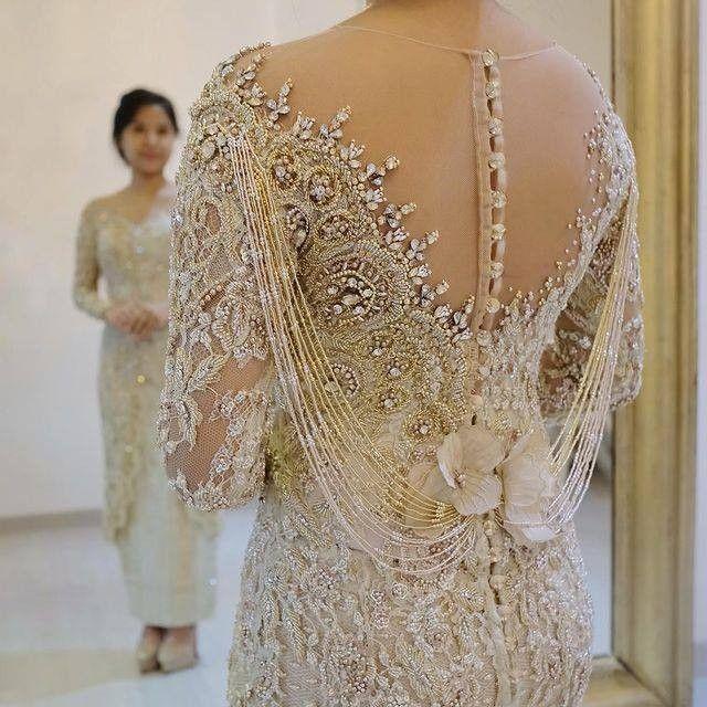Inspirasi Kebaya Pernikahan Dengan Sentuhan Back Details Yang Manis Pakaian Wanita Bunga Model Pakaian Gaun Perempuan