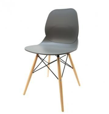 Elegantní plastová židle v šedé barvě na dřevěných nohách.   Pokud toužíte po nadčasovém interiéru, jsou pro Vás plastové křesílka to pravé. Velmi oblíbený design 50. let příjemně oživí Váš domov a navíc už nebudete chtít sedět na ničem jiném.  Tyto křesíkla můžete kombinovat s ostatními židlemi v různých barvách. Jsou vhodné jak k jídelnímu stolu tak například ke čtení nebo do chodby, kde je bude každý obdivovat.