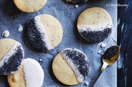 Für die Kekse das Backrohr auf 180 ºC (Umluft) vorheizen. 1 Vanilleschote der Länge nach halbieren und das Mark herauskratzen. Zitrone heiß waschen, trocknen und die Schale fein abreiben. 125 g Butter würfelig schneiden. Mehl, 90 g Staubzucker,...