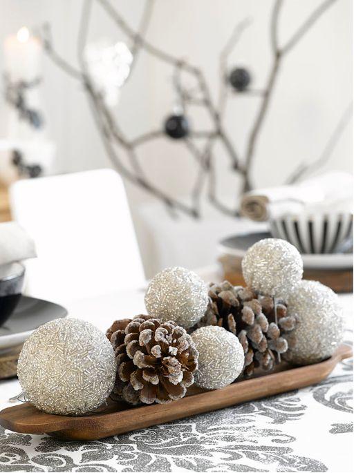 Ingeniørfruens julebord  i sort og hvitt med dekorasjon av kuler og kongler