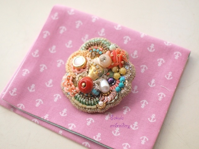 Sakula embroideryのアトリエ便り-メキシコブローチサンゴ色