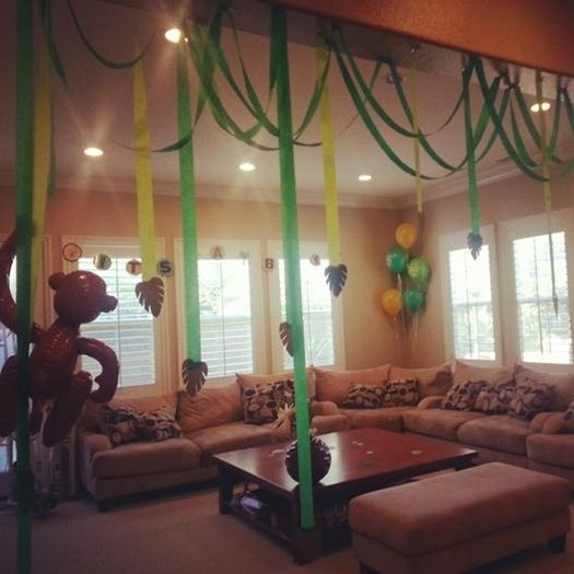 Monkey party theme, I like the green streamers with the monkey balloons, will use that for my party...