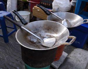 【楽天市場】フライパン ガタ 12インチ 直径28cm 調理道具 料理 タイのフライパン アジア タイ料理 鍋 アルミ 屋台 食堂 バーベキュー:ロンギンボーイキッチン
