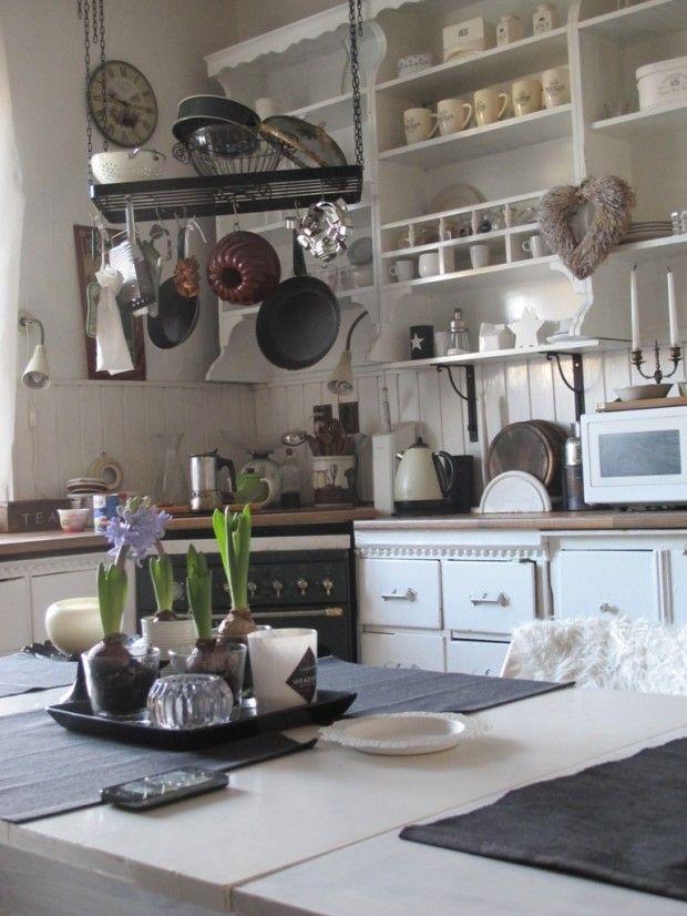 Představte si kuchyň jako galerii. K bílému prostředí patří jednoduché nádobí, smalt nebo nerez, které do kuchyně vnesou neformální eleganci. Kombinujte čisté, prázdné plochy s mírně zaplněnými, nové věci se starými nebo alespoň staře působícími.