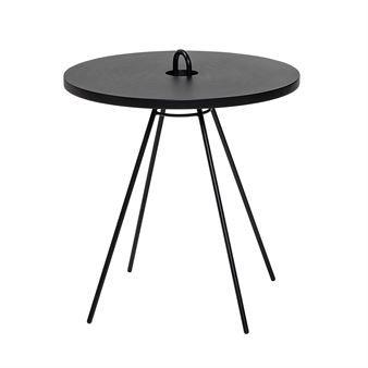 Chloe bord från danska Bloomingville är ett litet och smidigt bord som gör sig utmärkt som soffbord eller sidobord. Bordet är tillverkat i MDF med underrede i lackerat järn och har en stilren design som passar in i de allra flesta rum. Bordet är designat med en
