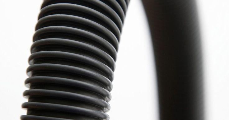 Cómo agregar una extensión de drenaje a una lavadora. Al instalar una lavadora, no siempre llegas a colocarla en el lugar más apropiado. Si la máquina está demasiado lejos del caño o del drenaje, por ejemplo, tendrás que instalar una manguera de extensión. Una manguera de extensión es un tubo flexible que se conecta a la manguera existente, agregando la longitud que te permitirá instalar el aparato ...