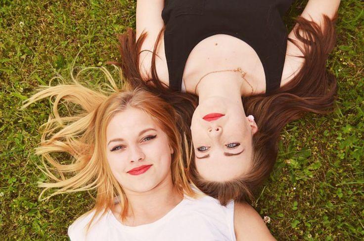 amigas acostadas en pasto