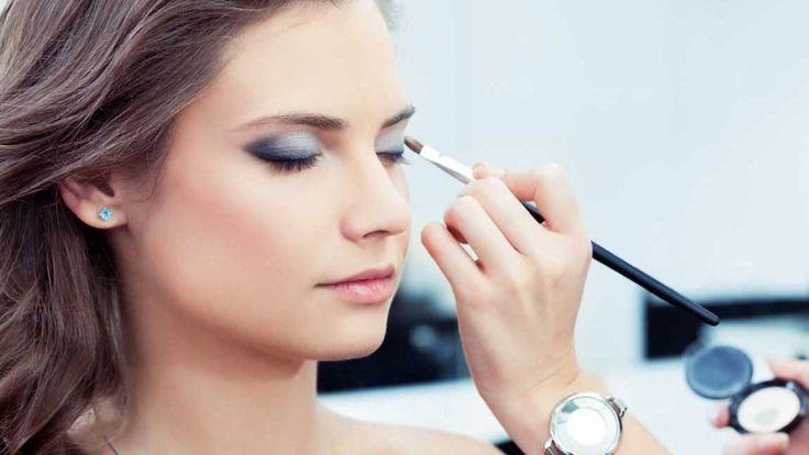 Hafta Sonu Gündüz Makyajı Nasıl Yapılır ?  Günlük aktivitelerimiz için kullandığımız makyaj türüne günlük makyaj denilmektedir. Gündüz makyajı, bazı uzmanlar tarafından günlük makyaj olarak da adlandırılmaktadır. Genel olarak sade ama etkili bir makyaj türüdür.