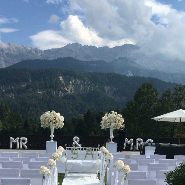 Heute dekorieren wir ganz oben auf dem Berg. 😍⛰🍾🍸 #garmisch #chicwedding #luxurywedding #luxwedding #elegant #flowers #wedding #weddingplanner  #alm #alpen #innawiebe #innawiebe_com #wedding #hochzeit #dekoration #white #weiss #hortensie #rose #schleierkraut #love #event #münchen #munich