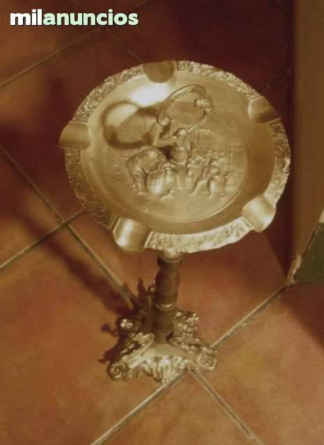 . Cenicero de pie de bronce repujado y pie de madera. Con se�ales del tiempo normales.tal y como muestran las fotos  Medidas: Alto 70 x 20 diametro plato x 18 base Peso: 1,8 kg