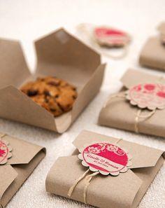 Wir haben Chocolate-Cookies in Packpapier eingeschlagen und ein schönes Schildchen angebracht.