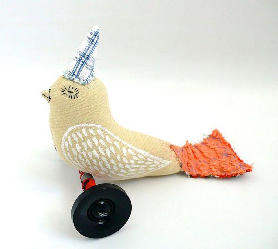 Déco : Oiseau à roulettes en tissus vintages brodé et peint