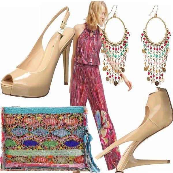 Un outfit casual: tuta jumpsuit multicolor, sandali con tacco beige, pochette multicolor con perline, orecchini pendenti con toni oro azzurro e rosso! Adatto a passeggiate!