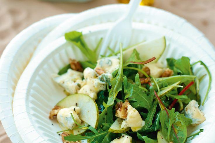 En smakrik sallad med stark gorzonzolaost och milda päron toppat med valnötter.