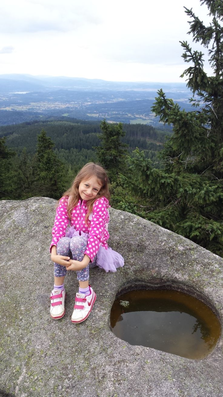 Iwona Fijałkowska  Jestem Amelka i mam 8 lat, lubię poznawać nasz ciekawy świat. W tym roku na wakacjach w góry z tatą się wybrałam i dzielnie z nim maszerowałam. Zdjęcie z wycieczki na Skalnik - Rudawy Janowickie.  www.spokojdziecka.pl