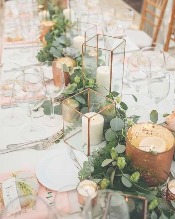 Scheunenhochzeit mit Messinglaternen und Laubgirlanden   – wedding tables ideas