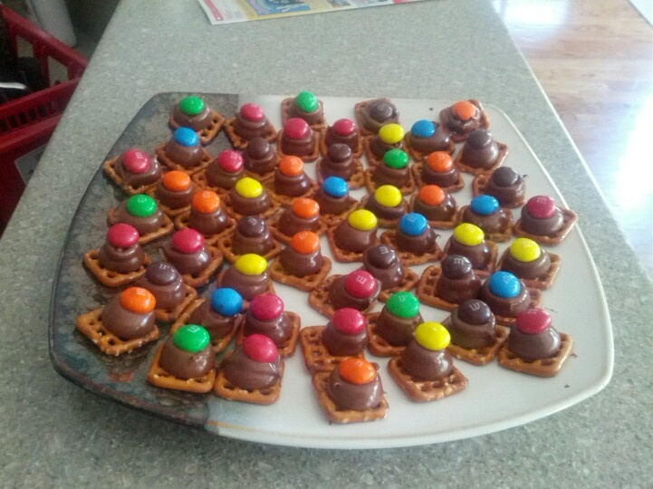Snyders snaps pretzels, and Hershey kisses and peanut butter M I put kisses on pretzels heat in oven for three minutes then put m on top. Let cool.: Hershey'S Kisses, Snaps Pretzels, Pretzels Heat, Snyders Snaps, Hershey Kisses, Inspiring Ideas, Peanut Butter