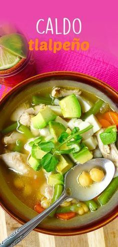 El caldo tlalpeño es un platillo típico mexicano que consiste en un consomé de pollo con verduritas, pollo deshebrado, aguacate, garbanzos y chile. Prepara esta deliciosa receta mexicana y consiente a toda tu familia.