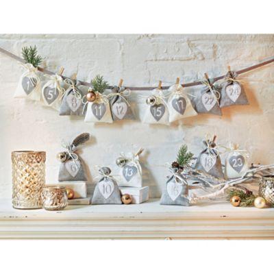 Liebevoll bestickter Adventskalender zum individuellen Befüllen. Mit kleinen hölzernen Wäscheklammern und Aufhängeband.