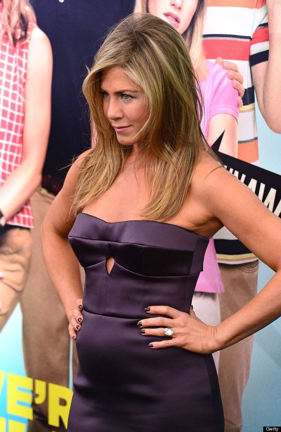Jennifer Aniston on set | Jennifer Aniston Pregnant? Star Reignites Rumours As She Clutches Her ...