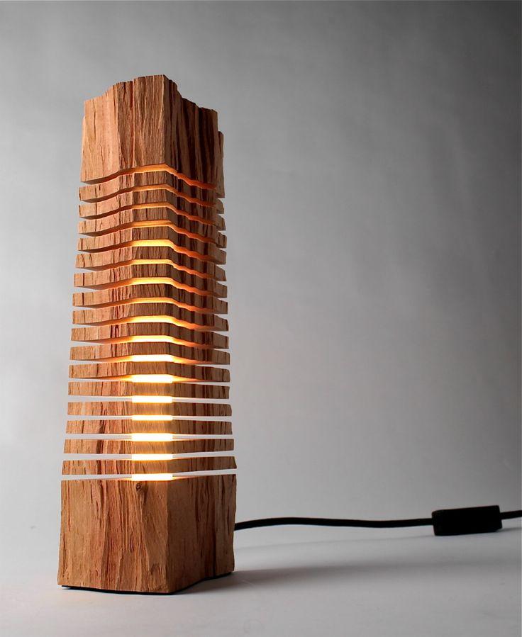Luminária com pedaço de madeira
