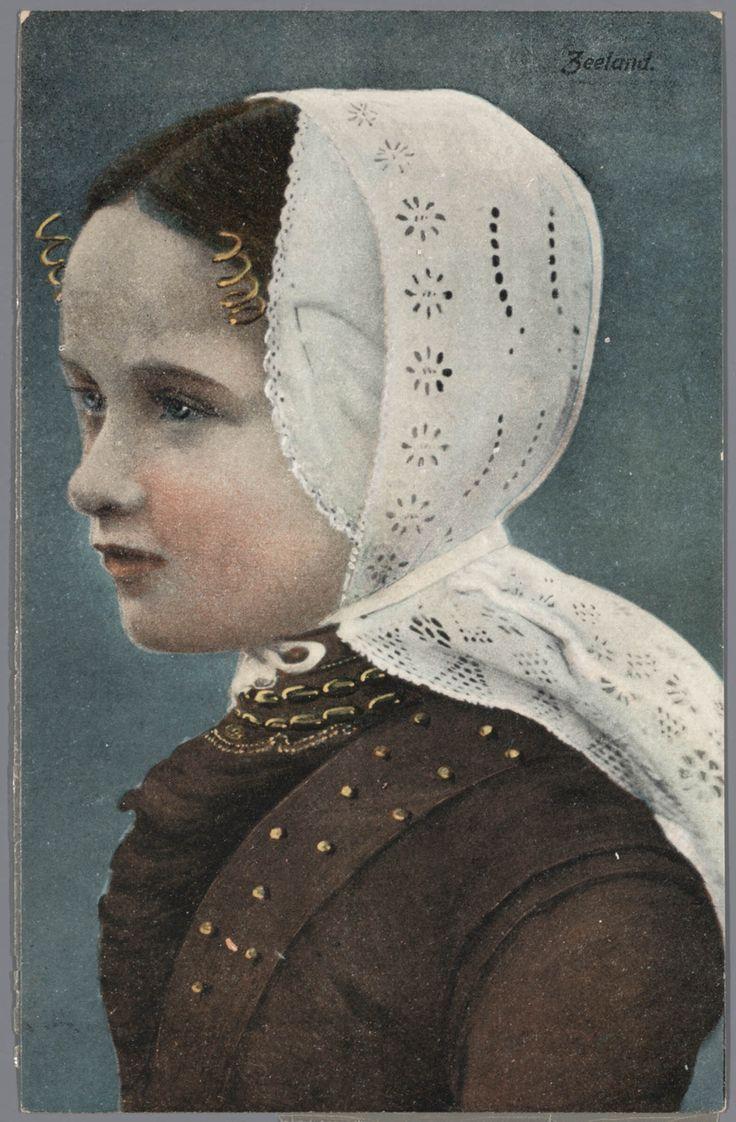 Meisje in Walcherse streekdracht. na 1905 #Zeeland #Walcheren