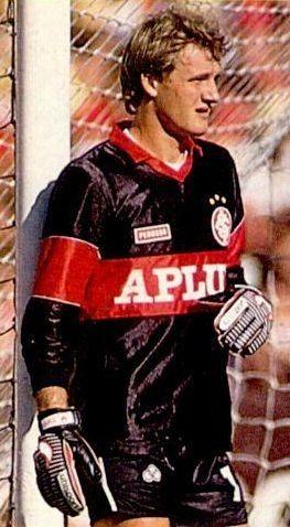 Taffarel, goleiro do Inter em 1987, com camisa da Perusso, calção da Olympikus e luva da UHLSport