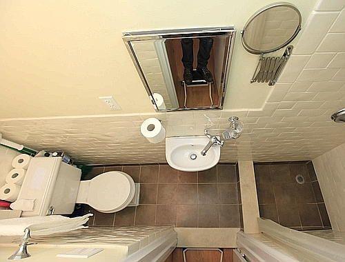 """Une """"micro"""" salle de bain qui optimise l'espace disponible  http://www.homelisty.com/amenagement-petite-salle-de-bain/"""