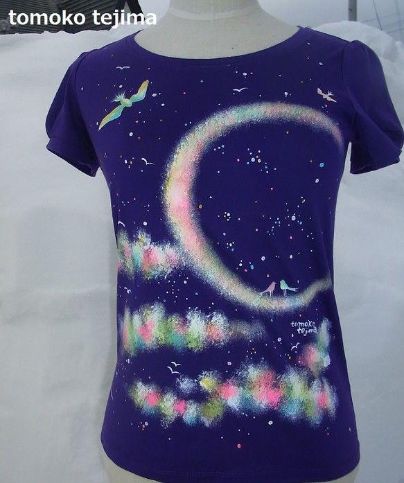 ~紫の月夜と小鳥のTシャツ~紫色のTシャツに布用の絵の具で直接手描きしています。月夜に小鳥たちがあそんでいます。月のうえには2羽の緑とピンクの小鳥がいて周りに...|ハンドメイド、手作り、手仕事品の通販・販売・購入ならCreema。