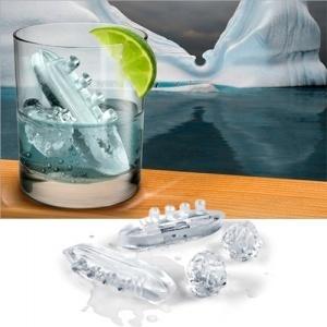 Ahoy Captain! Bandeja de cubitos de hielo con el barco del Titanic! Y también hay icebergs, por supuesto ^^    http://www.regatron.es/regalos-originales/para-el-hogar/bandeja-de-cubitos-de-hielo-gin-and-titonic.html