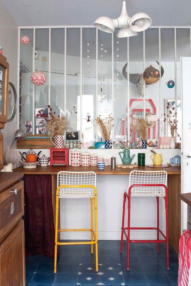 Une verrière blanche dans un intérieur coloré