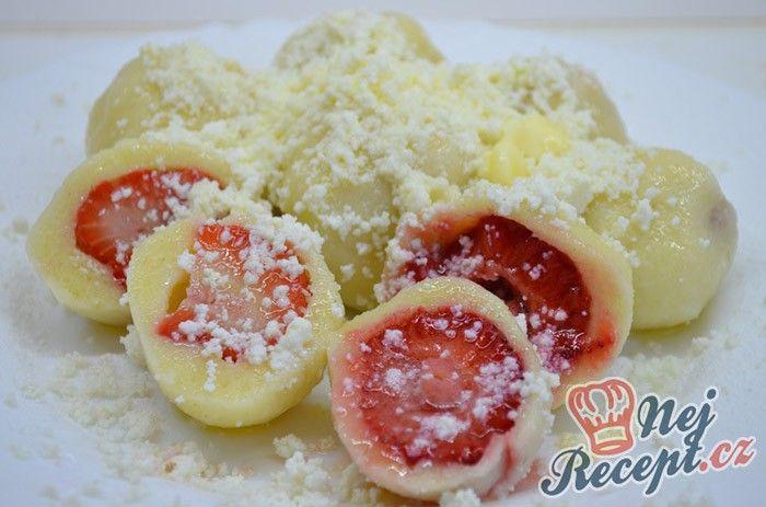 Nejjednodušší ovocné knedlíky z tvarohového těsta. Na talíři s nastrouhaným tvrdým tvarohem, moučkovým cukrem a ještě přelité másličkem. Autor: Lacusin
