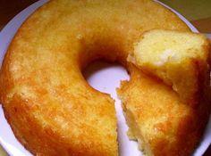 1 kg de mandioca crua e descascada (ralada fina e espremida em um pano de prato) 250 gr de margarina 600 ml de leite de coco 4 ovos inteiros 500 gr de açúcar 200 gr de coco fresco ralado 1 colher (sopa) de fermento químico em pó