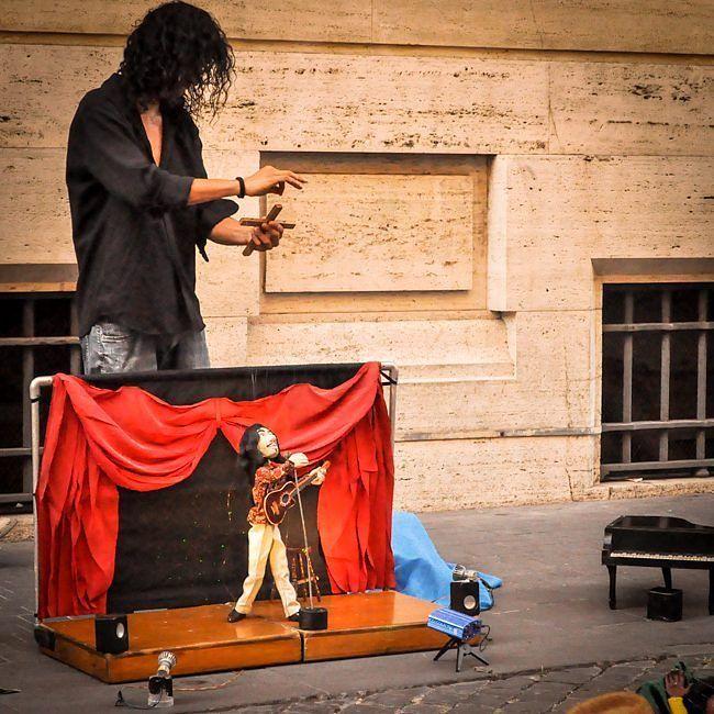 Na Europa a gente vê muitos artistas de rua que rodam o mundo. Muitos deles são fantásticos! Esse por exemplo com marionete faz a diversão de adultos e crianças. . Lembre-se que nós organizamos o seu transfer do/para o aeroporto e também sua hospedagem! info@emroma.com .  Veja mais no Snapchat Em_Roma  #Roma #europe #instatravel #eurotrip #italia #italy #rome #trip #travelling #snapchat #emroma#viagem #dicas #ferias #dicasdeviagem #brasileirospelomundo #viajandopelomundo #artistaderua…