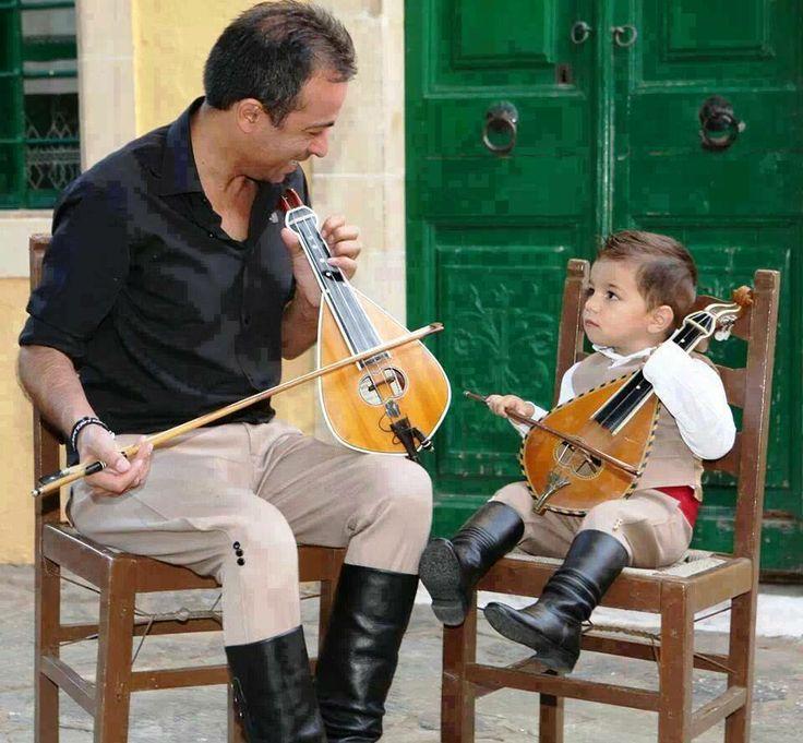 Learning to use the Cretan lyra :)Συνεχεια στην Παραδοση