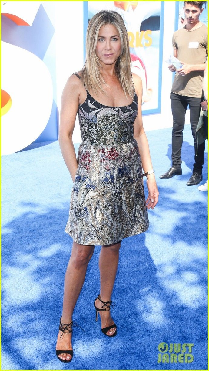 jennifer anisto storks premiere | Full Sized Photo of jennifer aniston looks gorgeous at storks premiere ...