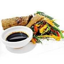 Grillad lövbiff med het sallad och sesamfrön - Recept - Tasteline.com