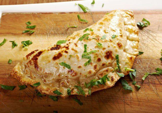 Национальная выпечка: готовим кутабы  Азербайджанская кухня отличается яркостью и самобытностью, и особенно хорошо удается азербайджанцам выпечка — ароматный хлеб, бакинские мутаки, чуреки, лаваш и аппетитные лепешки с разными начинками, например, кутабы. Вкусные и аппетитные кутабы представляют собой плоские пирожки в форме полумесяца, напоминающие хычины и чебуреки. #готовимдома #едимдома #кулинария #домашняяеда #кутабы #блюда #выпечка #национальная #мясо #приправы