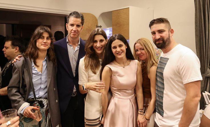 Η σχεδιάστρια μόδας Irene Mamfredos, ο Κίμων Φραγκάκης, εκδότης του περιοδικού Andro, η φωτογράφος Πελαγία Καρανικόλα, η Σταματία Μέγκλα, η ραδιοφωνική παραγωγός Χριστίνα Γιαννοπούλου και ο φωτογράφος Νίκος Καρανικόλας